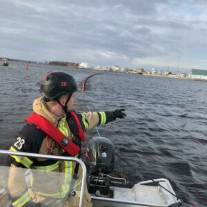 Gästrike Fire Rescue Services pulling oil booms